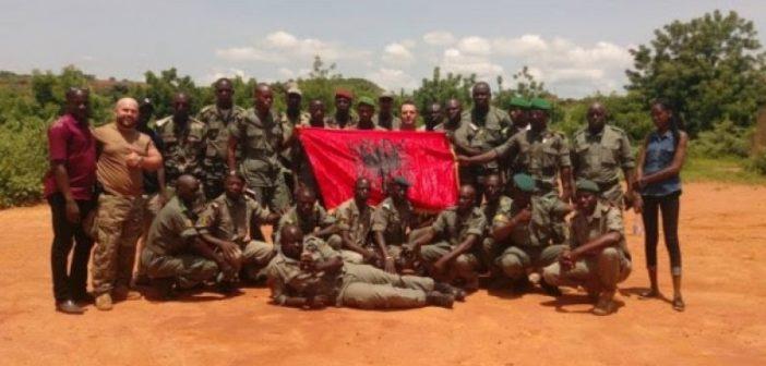 Albanische Soldaten bilden afrikanische Kämpfer aus